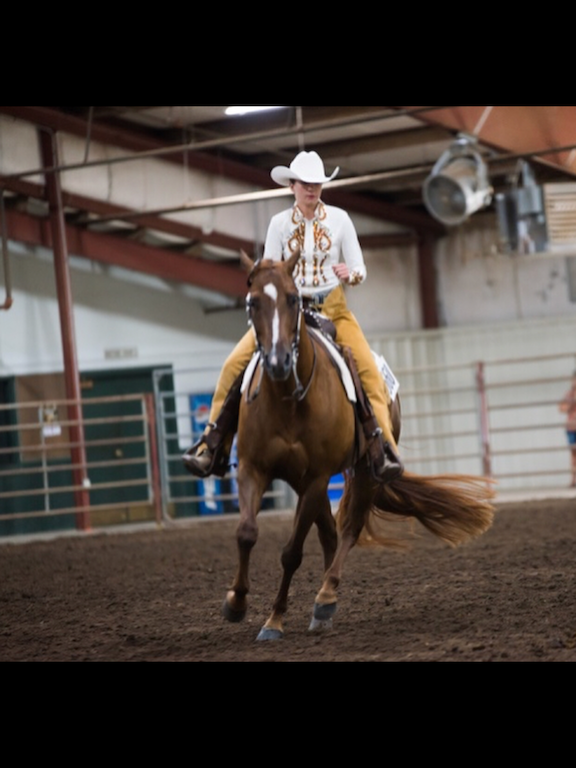 Freshman Izzy Harvey Competes in Horse Show